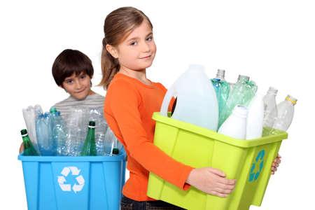 niños reciclando: Niños de reciclaje de botellas de plástico Foto de archivo