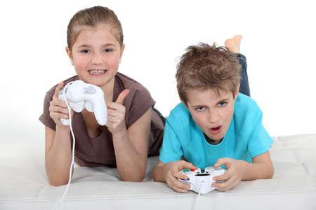 jugando videojuegos: Los niños que juegan juegos de computadora Foto de archivo