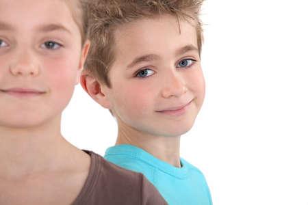 gemelos niÑo y niÑa: La cabeza y los hombros de dos niños