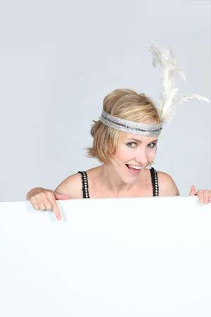 flappers: Mujer en un traje de aletas con un tablero en blanco para su mensaje