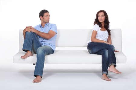 mujer sentada: pareja sentada en un sofá aparte después de pelea