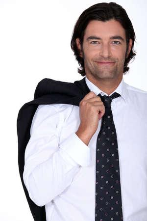 Uśmiechnięta biznesmen z marynarką na ramieniu