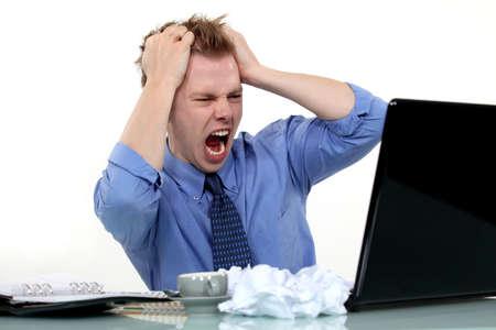 Frustrato uomo tira i suoi capelli