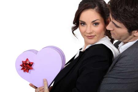 dar un regalo: una mujer, su novio y un cuadro de heartshaped