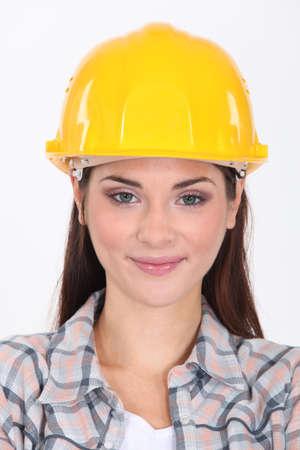 Mujer en un casco de seguridad