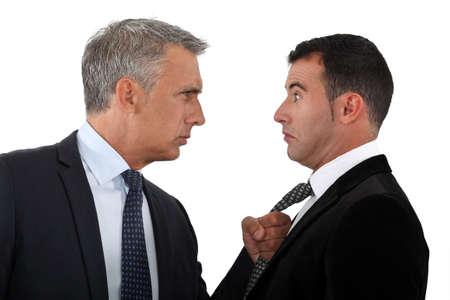 personas discutiendo: Jefe amenazante empleado