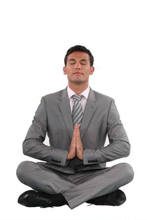 paz interior: Empresario meditando