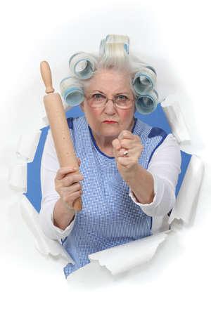 abuela: Mujer enojada viejo con un rodillo