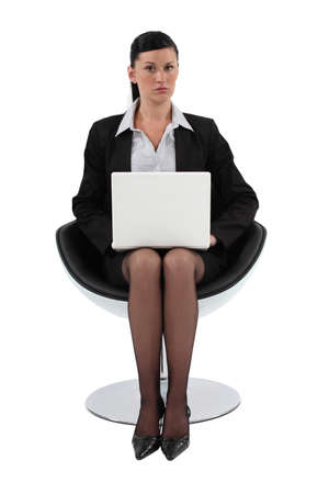 pantimedias: Empresaria que se sienta en una silla moderna y el uso de su computadora portátil