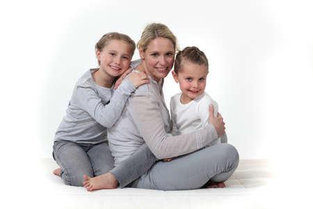 madre soltera: Mujer que abraza a sus hijos Foto de archivo