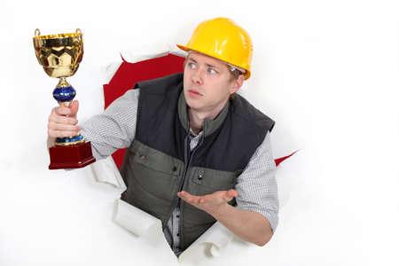 humilde: Trabajador de la construcción con un premio