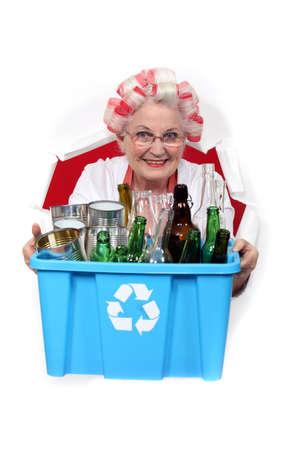 Vieilles bouteilles et canettes de recyclage femme Banque d'images