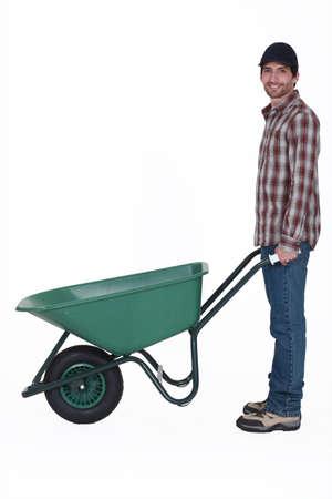 pushing: Man met een kruiwagen