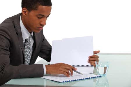 revisando documentos: Empresario revisar un informe Foto de archivo