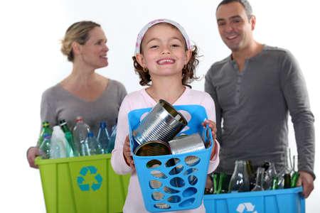 ni�os reciclando: La muchacha y el reciclaje padres Foto de archivo