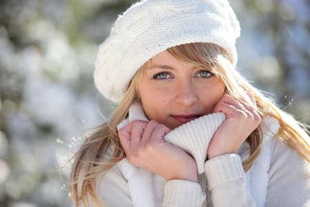 warm clothes: donna che indossa vestiti caldi Archivio Fotografico