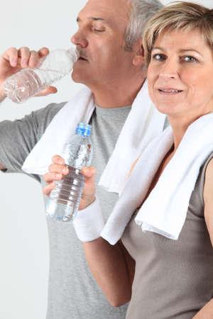 firmness: pareja de ancianos de agua potable despu�s del entrenamiento