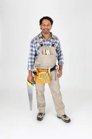 serrucho: Carpintero de longitud completa con una sierra Foto de archivo