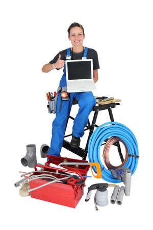 outils plomberie: Femme avec des outils de plomberie