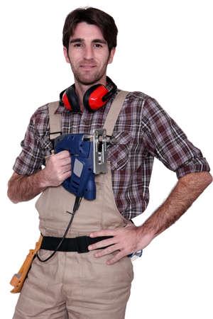 anti noise: Uomo con una sega elettrica