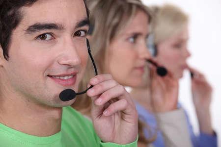telephone headsets: Los j�venes con auriculares telef�nicos