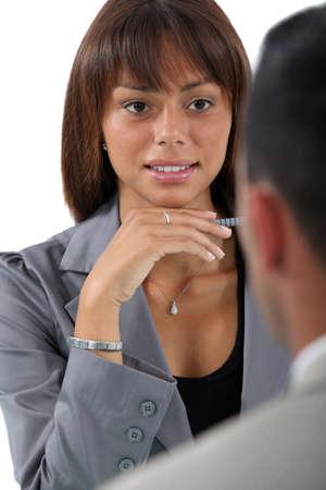 hesitating: Empresaria entrevistar a un solicitante de empleo
