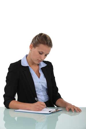 dentro fuera: Mujer rellenando un formulario