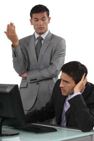 admonester: Les hommes d'affaires ayant une conversation difficile