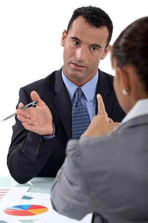 n�gociation: Homme d'affaires et femme d'affaires ayant une discussion