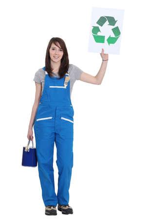 logo reciclaje: Pintor reciclaje sosteniendo logo Foto de archivo
