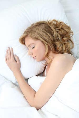 woman bed: mujer durmiendo rubia Foto de archivo