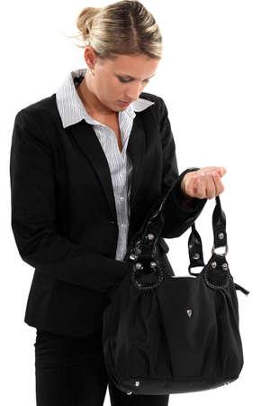 conclusion: Empresaria rubia buscando en su bolsa