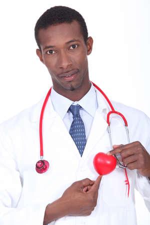 plastic heart: Medico maschio in piedi con cuore di plastica