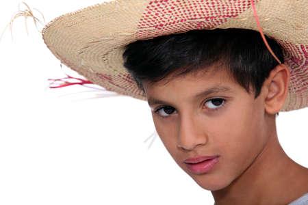chapeau de paille: Portrait d'un garçon avec un grand chapeau