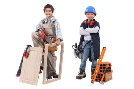 niños actuando: Dos niños que actúan fuera de los oficios adultos - carpintería y construcción