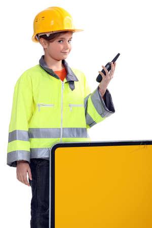 黄色いヘルメットとラジオを持つ少女