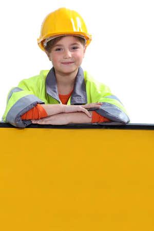 黄色いヘルメットを持つ少女