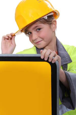 黄色のヘルメットを持つ少女