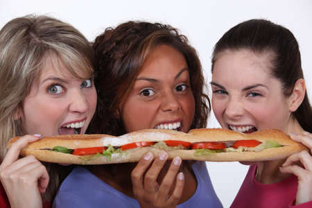 Ni�as comiendo un sandwich photo