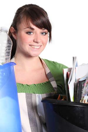 separacion de basura: Chica clasificar su basura Foto de archivo
