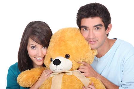 gemelos niÑo y niÑa: retrato de los adolescentes con el oso de peluche