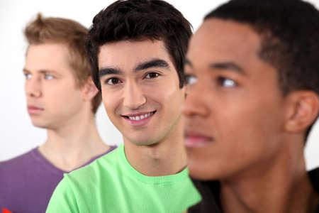 Teenagers studying: Tres amigos varones