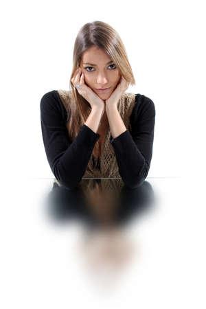 Mujer descansando la cabeza en la barbilla photo