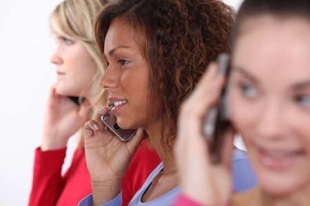 mobiele telefoons: Vrienden met behulp van mobiele telefoons Stockfoto