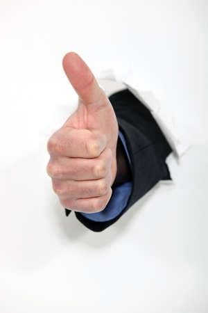 buen trato: la mano que hace un pulgar hacia arriba firmar