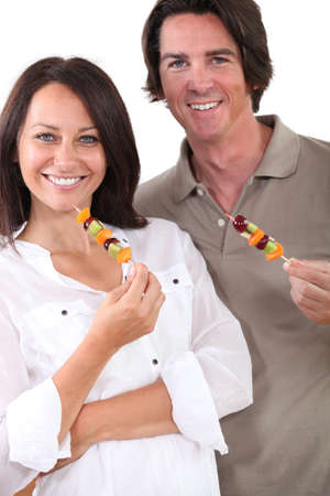 fruit skewers: Pareja con brochetas de fruta