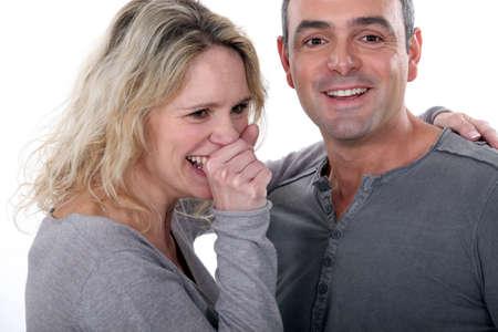 tosiendo: Amando pareja en gris Foto de archivo