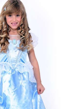 niños actuando: niña en un vestido de princesa