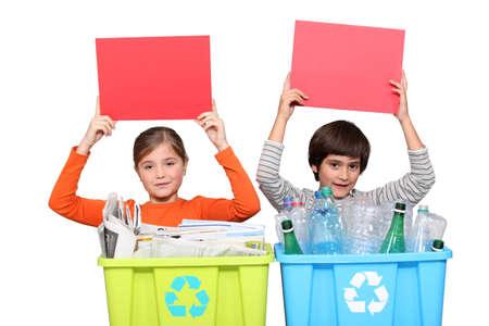 niños reciclando: Tarjeta roja para el reciclaje Foto de archivo