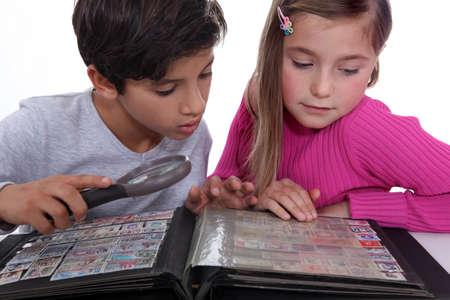 recoger: Niños recuperando sellos